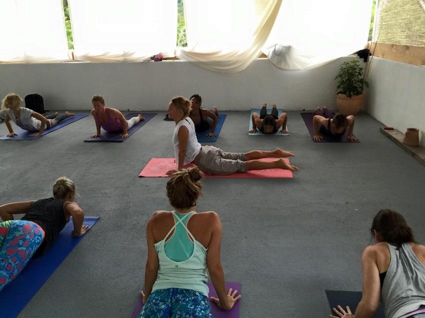 Lea vodi sat yoge