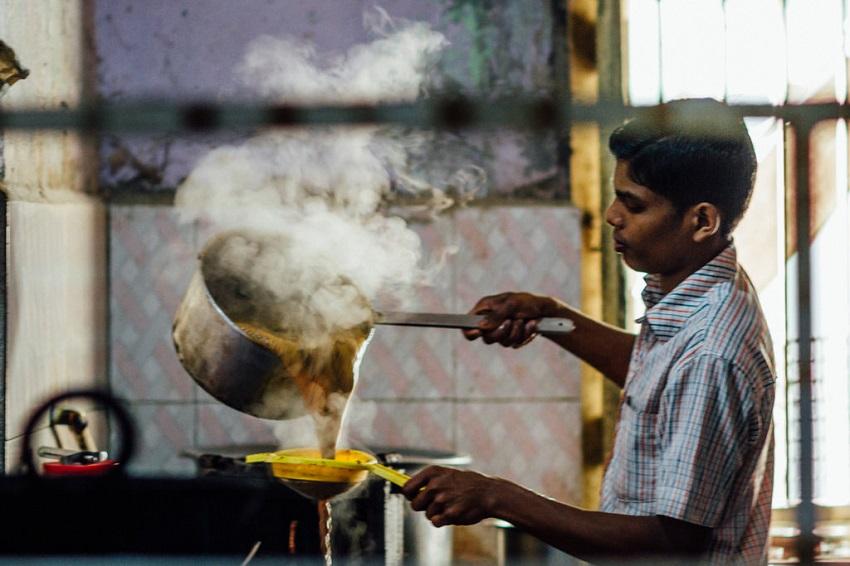 Priprema indijskog čaja s začinima